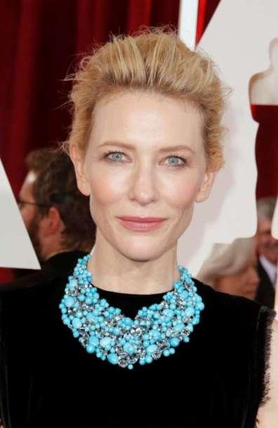 Lựa chọn trang sức của cô là Tiffany & Co