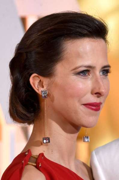 Sophie Hunter, vợ của diễn viên Benedict Cumberbatch, thực sự tỏa sáng trong đầm đỏ của Lanvin và trang sức hình hộp độc đáo