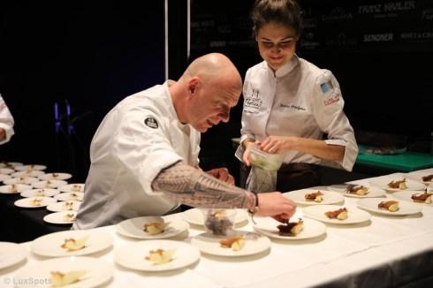 Chris Oberhammer und Jessica Préalpato beim Zubereiten der Gerichte