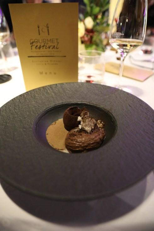 Eine Nachspeise aus Schokolade mit gerösteter Gerste und Whisky