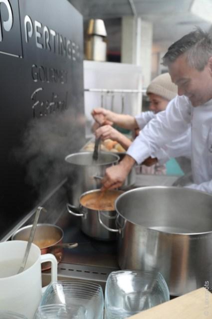 Josef Mühlmann bei seiner Arbeit mit Kochtöpfen auf dem Klaudehof in Toblach