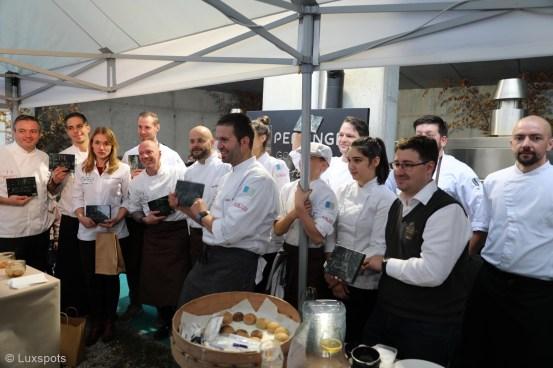 Teilnehmer präsentieren sich und ihre Ehrungen beim 5. Gourmetfestival Hochpustertal auf dem Klaudehof in Toblach