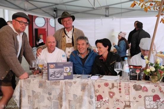 Chris Oberhammer mit Produzenten und Abnehmern an einem Tisch auf dem Klaudehof in Toblach