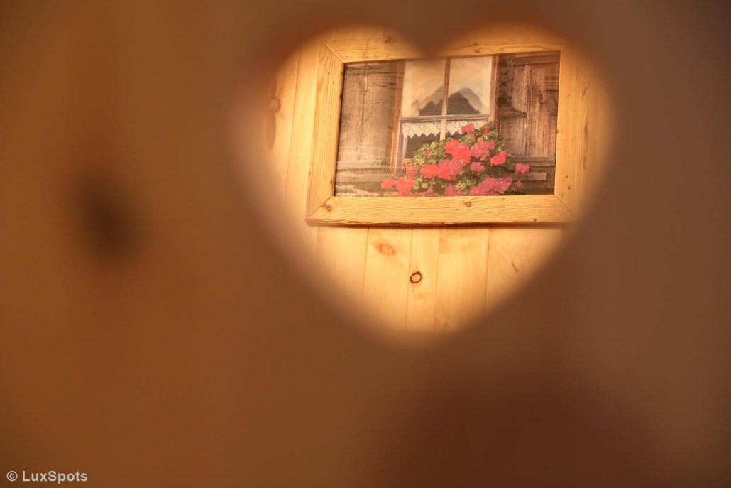 Blick durch ein Herz auf ein Bild im Alm-Chalet Prechtlgut