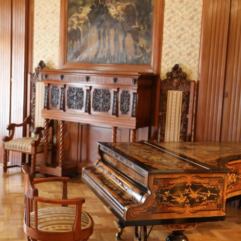 Verziertes Piano im Grand Hotel Europe