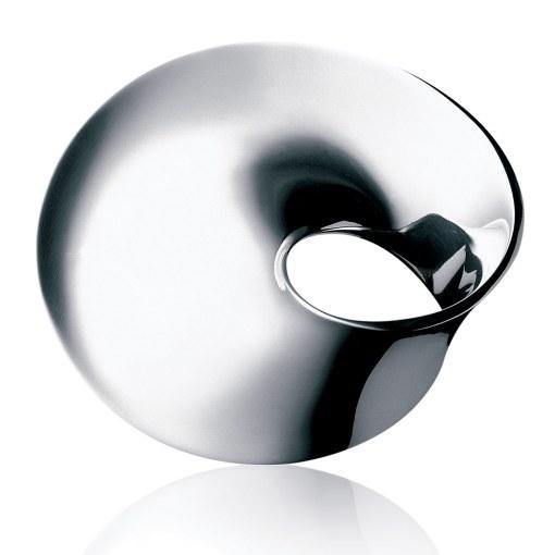 Vivianna Torun Bülow-Hübes (1927-2004) smykker er præget af enkelhed og tidløs storhed – den rene minimalisme – og i hendes valg af former kommer sølvets rene, blanke flader til deres ret. 5.600 kr.