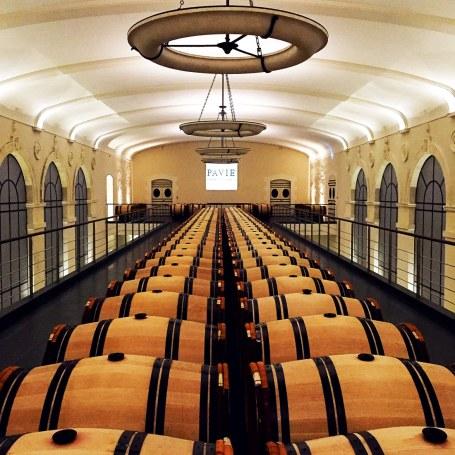 Det er tydeligt, at det går godt for de vinslotte, vi besøger. Chateau Pavie er ingen undtagelse, for her ligger fadene imponerende smukt, og materialevalget indikerer, at der tjenes gode penge i vinens Champions League.
