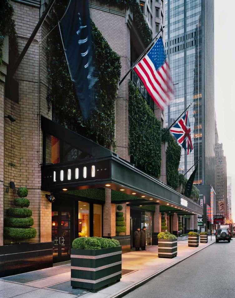 Byen er New York City, men hotellet hedder The London. Bygningen var tidligere et eksklusivt lejlighedskompleks for storbyens velhavere.