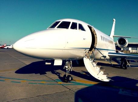 Den næsten nye Dassault Falcon 2000 LX fra M. Goldsmith Aviation bringer os med sin tophastighed på 880 km/t hurtigt til Bordeaux og hjem igen.