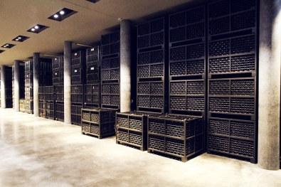 I dag tager slottet selv fortjenesten og frigiver først vinen, når den er færdig. Vi regnede den samlede værdi af dette lager ud til ca. seks mia. kr.!
