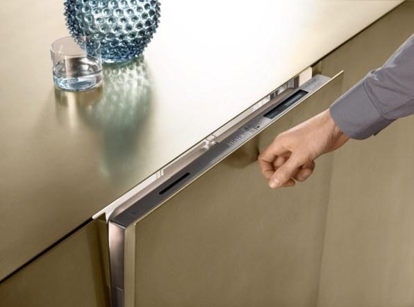 Den indbyggede opvaskemaskine uden greb er en del af den nye serie fra Miele. Bank to gange på lågen, og den åbner automatisk.