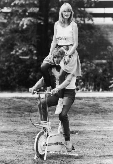 James Hunt skjulte aldrig sin begejstring for det modsatte køn. Her fanget under træningsøvelser i privaten i Wimbledon.