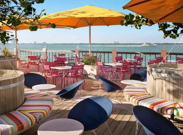 På Lido Restaurant & Bayside Grill hersker middelhavsstemning, og her serveres alt fra grillet blæksprutte til gourmet-cheeseburgere.