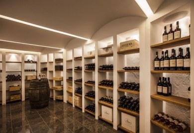 Vinkælderen er på størrelse med en vinforretning i provinsen – og temperaturen kan naturligvis styres efter ønske.