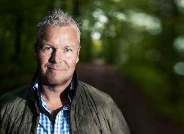 """""""Det er et faktum, at vi allesammen er fulde af løgn,"""" hævder Mads Christensen, der 80 gange om året drager land og rige rundt for at underholde med sine skarpe meninger om danskere og vores dobbeltmoral."""