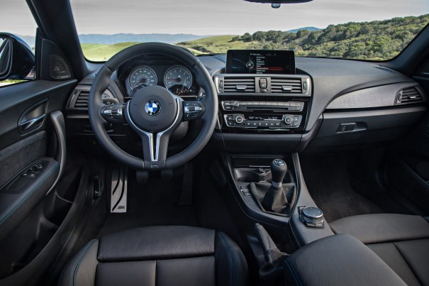 Tag plads i årets måske sjoveste køremaskine. M-rattet er både lækkert at kigge på og holde om, og vælger du standardversionen, får du en lækker og velsmurt manuel gearkasse.