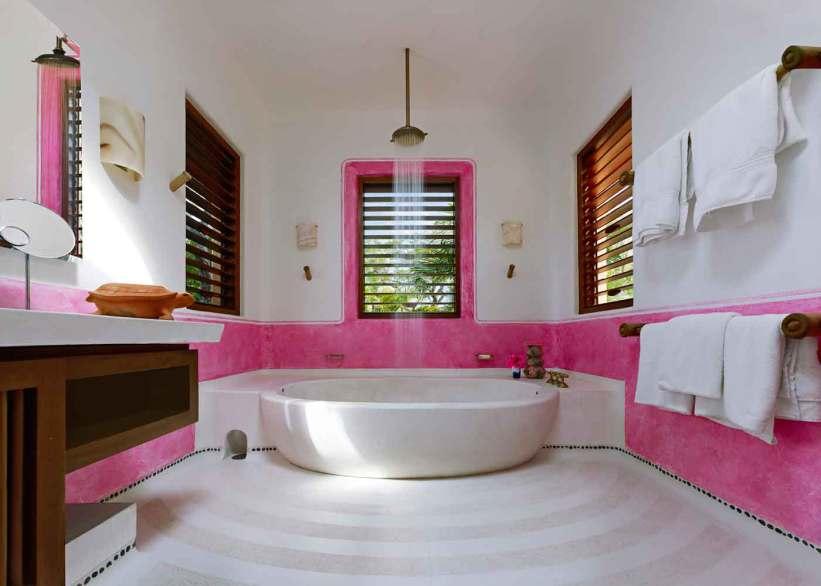 Badekarret er i poleret beton og designet af arkitekten Mestre selv. Vandhanerne i bronze er speciallavet af Cohenfamilien i San Miguel de Allende.
