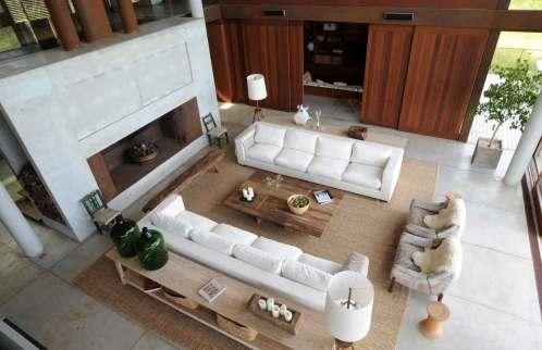 Mange af rummene i det enorme hus har håndvævede tæpper, der er fremstillet af lokale håndværkere.