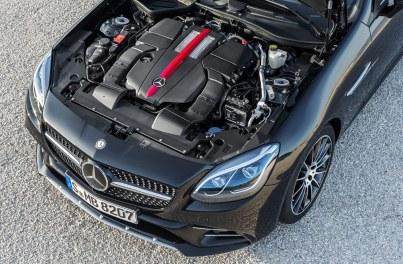 Fans af den gamle V8-motor må sukke, for den nye AMG-version er udstyret med en treliters V6. Den har knap så god lyd, men er takket være to turboladere næsten lige så hurtig – og kører meget længere på literen.
