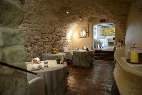 Det hvælvede loft danner rammen om spiseoplevelsen på Taubenkobel. Indretningen og personalet gør det til en fornøjelse at besøge restauranten.