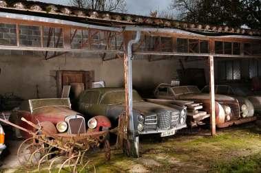 Det var et syn som dette, der mødte eksperterne fra det franske auktionshus: kostbare biler fra karrosserimagernes guldalder skubbet ind i lader og skur og dækket af støv og skidt.