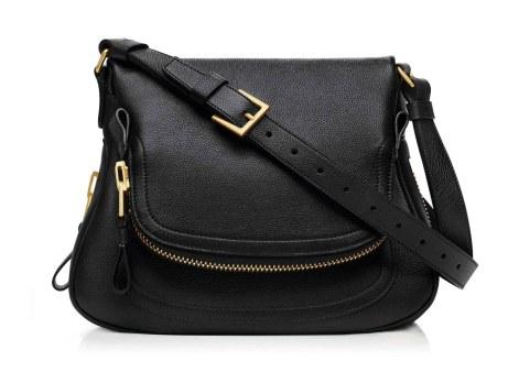 Cool og casual hverdagstaske i sort kalveskind med gulddetaljer. Jennifer Medium Bag, 18.400 kr.