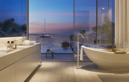 Stilrent og minimalistisk badeværelse i eksklusivt marmor med badekar – og havudsigt så langt øjet rækker.
