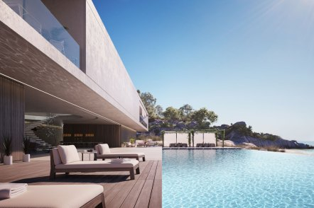 En 50 meter lang infinity pool er det eneste, som adskiller husets terrasse fra stranden og Middelhavet.