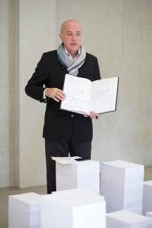 Kældermester Eric Lebel foran det der skal illustrere de mere end 5.000 smagenoter der ligger til grund for den færdige Grand Cuvée hvert år.