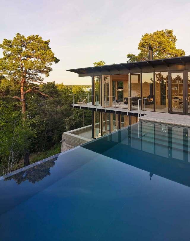 Her ses husets infinity pool, som ejeren insisterede på at ville have, da der er så langt ned til vejen og de kolde søer.