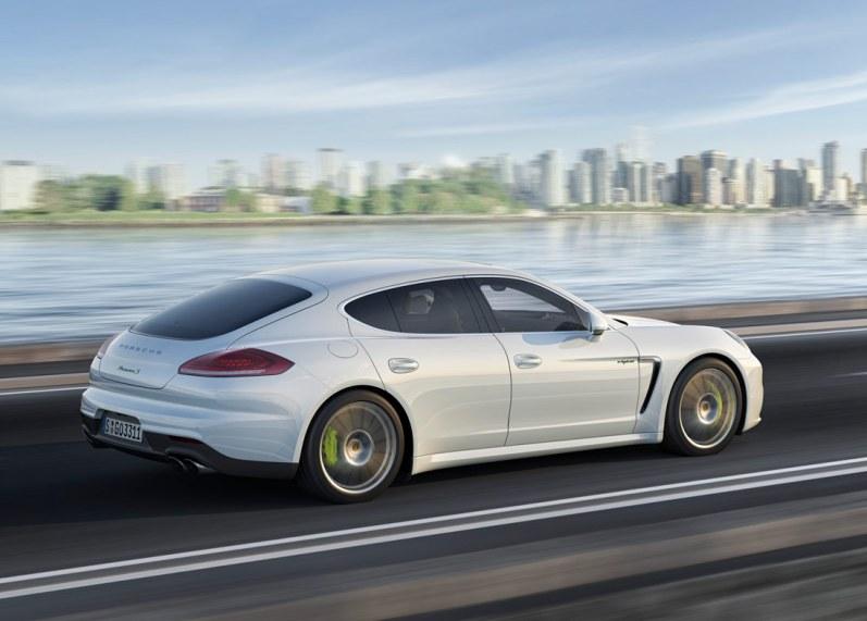 Porsche bruger bremsekalibre til at indikere hybridteknologien. Elektrisk bagklap, xenonlygter og multifunktionsrat følger også med i en S E-Hybrid.
