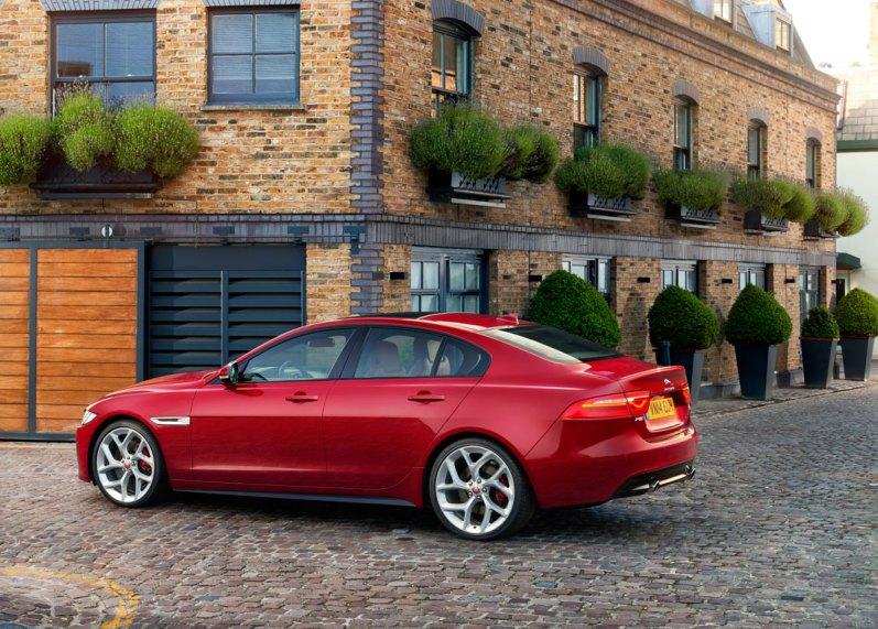 Det er ikke første gang, Jaguar forsøger sig med en kompakt model. I 2001 lancerede fabrikken en X-Type, som lignede en krympet XJ og var baseret på Ford Mondeo. Den floppede totalt.