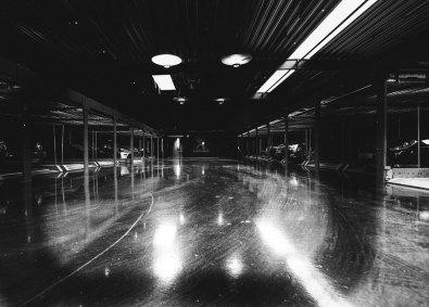 Garagen fungerer ikke kun som opbevaringssted for eksklusive biler, men er også det oplagte sted til events og præsentationer. Det polerede look skaber en dramatisk stemning.