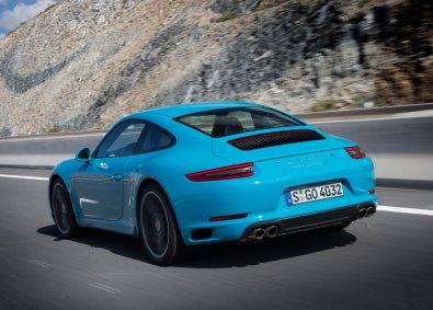 Den nye Carrera har som standard PASM (Porsche Active Suspension Management), som sænker bilen med 10 mm. Som ekstraudstyr fås medstyrende bagaksel, der ikke blot giver bilen en bedre retningsstabilitet ved høje hastigheder, men også reducerer vendediameteren.
