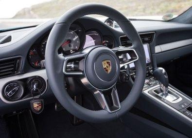 Bilen er udstyret med et helt nyt kommunikationssystem, som inkluderer online-navigationen og stemmestyring. Den nye syvtommerskærm gør det nemt at betjæne alle de nye features.