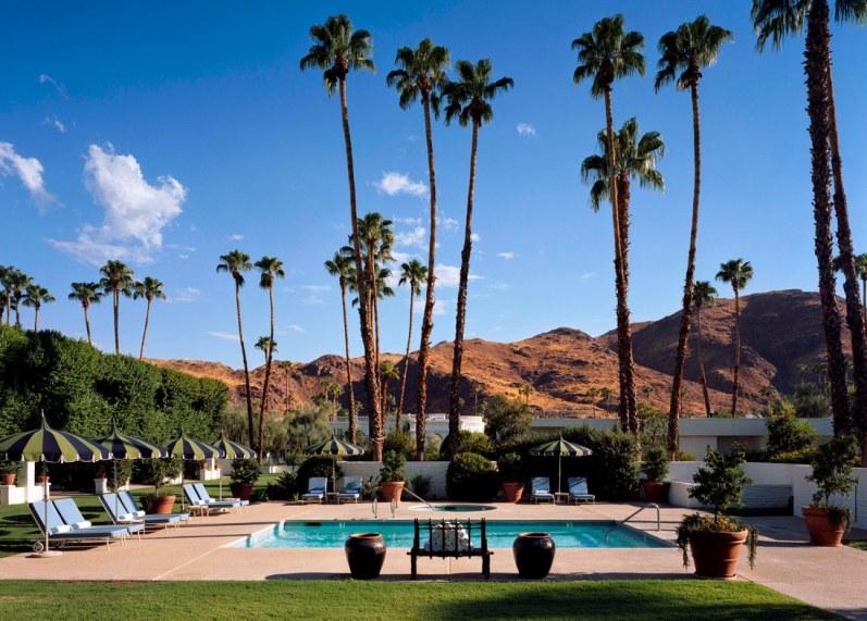 Fra poolen i haven er der en fantastisk udsigt til bjergene, som omgiver Palm Springs. Poolen har åbent alle døgnets 24 timer, så du kan nappe en dukkert under stjernerne, før du falder omkuld i himmelsengen.