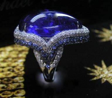 Tanzanit fattet i 18 carat guld med diamanter på ringskinnen fra A G Color.
