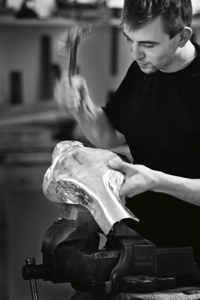 Korpusarbejde, som det finder sted i sølvsmedjen på Frederiksberg i København.
