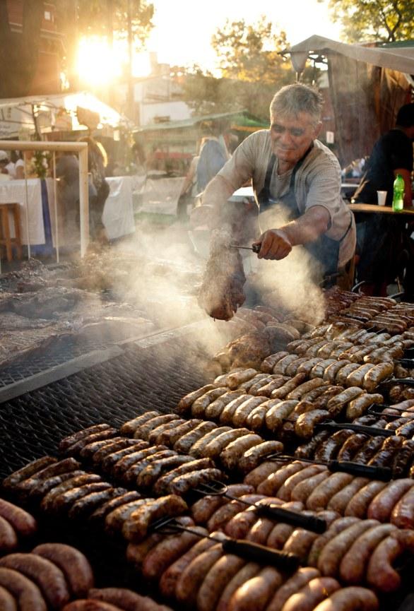 Argentinerne elsker kød i alle afskygninger. Til en 'asado' beregnes der et halvt til et helt kg kød pr. person. Her er der pølser på grillen på et marked i Buenos Aires.