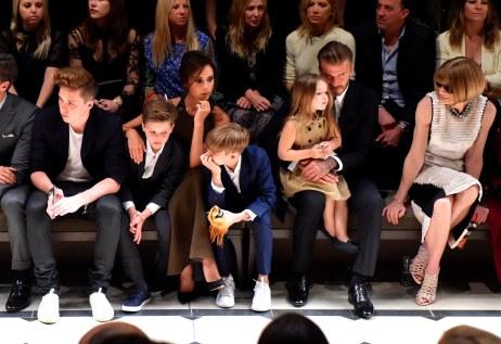 Parret Beckham har altid ført et liv i forreste række – her til modeshow med børnene Brooklyn, Romeo, Cruz og Harper Seven.