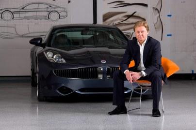 Henrik Fisker foran den innovative Karma, som skulle have revolutioneret bilindustrien, men endte med skandaler og sagsanlæg. I dag er danskeren startet forfra.