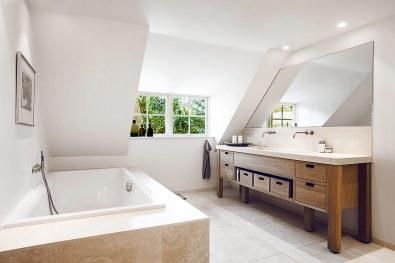 Badeværelset er stort med masser af plads og med et dejligt badekar, som ofte benyttes.