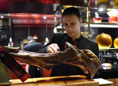 Robuchon henter kvalitetsvarer fra Europa – her trancheres der f.eks. eksklusiv joselitoskinke.