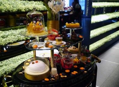 Den franske stjernekok Joël Robuchon har åbnet en afdeling i Bangkok, hvor der ikke spares på noget som helst. Her ses den imponerende dessertvogn, som vi ikke kunne modstå.