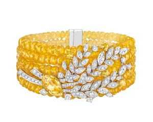 Chanel Fine Jewelry-armbåndet 'Moisson d'Or' af 18 karat hvidguld og guld med en 5.1 carat marquisesleben gul safir, 14 marquiseslebne diamanter (i alt 1.7 carat), 115 brillantslebne diamanter (i alt 2.4 carat), fire brillantslebne gule safirer og 283 gule safirkugler (i alt 211.5 carat).