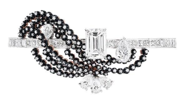 'Cour de Marbre'-armring fra Diors 'Versailles'- kollektion. Af 18 karat hvidguld, pink guld, sort sølv og diamanter