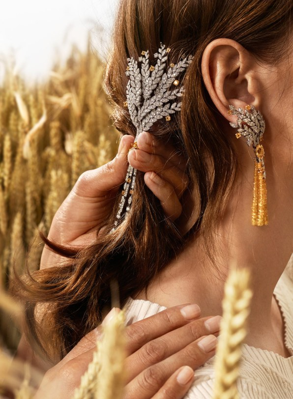 Chanel Fine Jewelry-brochen 'Moisson d'Or' af 18 karat hvidguld og guld med en 11.8 carat marquisesleben gul safir, 12 brillantslebne gule safirer (i alt 1.8 carat), 31 marquiseslebne diamanter (i alt 3.3 carat) og 400 brillantslebne diamanter (i alt 8 carat) – og Chanel Fine Jewelry-øreringene 'Moisson d'Or' af 18 karat hvidguld og guld med to marquiseslebne gule safirer (i alt 5.7 carat), ti brillantslebne gule safirer (i alt 1.6 carat), 26 marquiseslebne diamanter (i alt 3.4 carat), 172 brillantslebne diamanter (i alt 3.6 carat) og 182 gule safirkugler (i alt 48.4 carat).