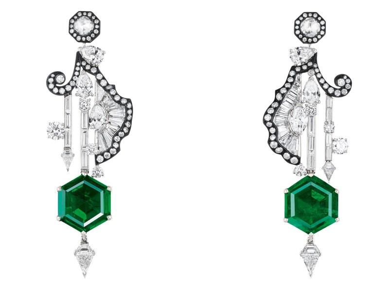'Salon de Mars'-øreringene fra Diors 'Versailles'-kollektion. Af 18 karat hvidguld, guld og pink guld, platin og sort sølv, diamanter og smaragder.