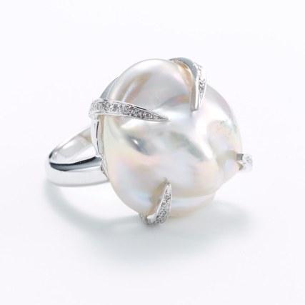 Nuit et Linette-ring af 18 karat hvidguld med 0.18 carat diamanter og en barok South Sea kulturperle. Pris på forespørgsel
