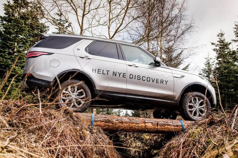 Jeg blev inviteret til Tirsbæk Gods, hvor Land Rover har deres danske Experience Center. Ud over at køre i en superskøn bil blev den indre drengerøv pirret af ture gennem vandhuller, ad mudrede spor, op og ned ad smattede skrænter og andre sjove udfordringer, som bilen klarede med bravur. Efter sådan en tur ønsker jeg mig en Land Rover.